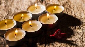 Les bougies rouges de lumière avec ont monté Lumières de bougie de Valentine Photos stock