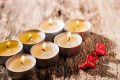 Les bougies rouges de lumière avec ont monté Lumières de bougie de Valentine Image stock