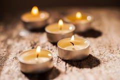 Les bougies rouges de lumière avec ont monté Lumières de bougie de Valentine Images stock