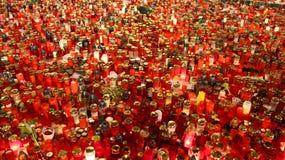 les bougies rouges donnent la lumière dans la nuit Photos libres de droits