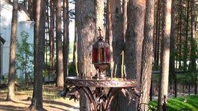 Les bougies s'approchent de la croix avec le crucifix au lieu de l'exécution d'Elizabeth Feodorovna banque de vidéos