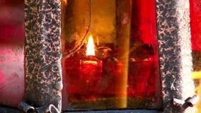 Les bougies s'approchent de la croix avec le crucifix au lieu de l'exécution d'Elizabeth Feodorovna clips vidéos
