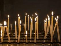 Les bougies se sont allumées dans une église, un signe de la foi photographie stock libre de droits