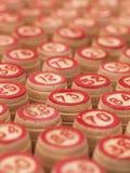Les boules avec le bingo-test numérote sur un conseil en bois Photos stock