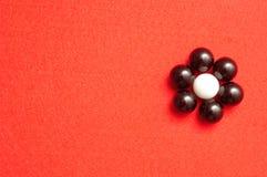 Les boules blanches et noires ont emballé sous forme de fleur Image libre de droits