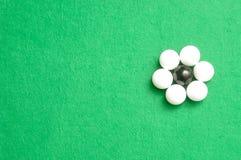 Les boules blanches et noires ont emballé sous forme de fleur Photographie stock