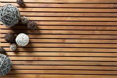 Les boules décoratives naturelles ont placé sur le conseil en bois de conception pour l'art Photo stock