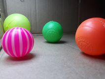 Les boules d'un colorfull semblant gentilles toutes sont sur la surface photographie stock
