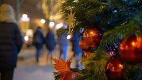 Les boules de décoration de Noël accrochant sur l'arbre sur le fond allume la guirlande banque de vidéos