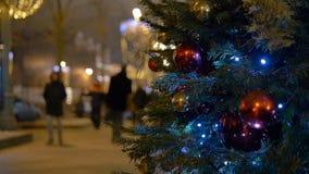 Les boules de décoration de Noël accrochant sur l'arbre sur le fond allume la guirlande clips vidéos
