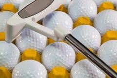 Les boules de golf blanches dans la boîte et le golf jaunes musardent Images libres de droits