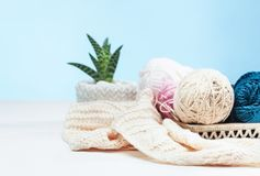 Les boules de la laine sur le fond en bois blanc Images libres de droits
