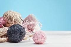 Les boules de la laine sur le fond en bois blanc Photos stock
