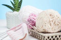 Les boules de la laine sur le fond en bois blanc Photographie stock