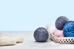 Les boules de la laine sur le fond en bois blanc Image libre de droits