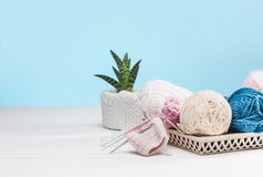 Les boules de la laine sur le fond en bois blanc Images stock