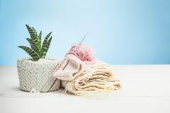 Les boules de la laine sur le fond en bois blanc Photo libre de droits