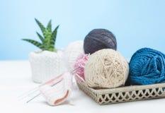 Les boules de la laine sur le fond en bois blanc Photo stock