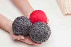Les boules de la laine sur le fond en bois blanc Photos libres de droits