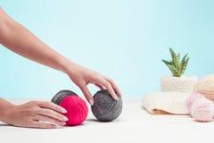 Les boules de la laine sur le fond en bois blanc Image stock