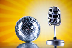 Les boules de microphone, de disque vinyle et de disco, musique ont saturé le concep Photographie stock libre de droits