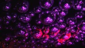 Les boules de miroir reflètent des rayons des lumières colorées banque de vidéos
