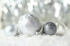 Les boules de Noël sur le fond de lumières, se ferment  Image stock