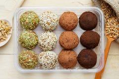 Les boules du blé moulu pousse avec le sésame, pumpk Image libre de droits
