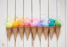 Les boules du fil se situent dans un cône de gaufre pour la crème glacée  Laine colorée Photo stock