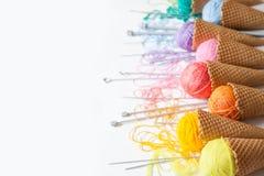 Les boules du fil se situent dans un cône de gaufre pour la crème glacée  Laine colorée Photo libre de droits