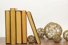 Les boules du fil sont à côté des livres photos libres de droits