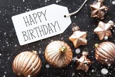 Les boules en bronze de Noël, flocons de neige, textotent le joyeux anniversaire Photo stock