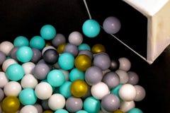 Les boules en plastique des enfants pour la piscine et le jeu fun secs photographie stock libre de droits