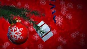 Les boules et le cadeau de Noël tournent (les milieux) banque de vidéos