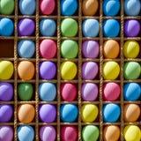 Les boules multicolores gonflables dans les cellules pour jouer darde image stock