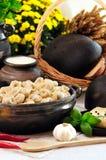 Les boulettes chaudes de viande de cuisine russe ont servi avec des herbes Photos stock