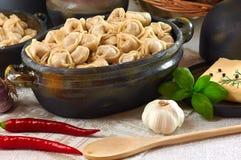 Les boulettes chaudes de viande de cuisine russe ont servi avec des herbes Image stock