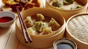 Les boulettes de chinois traditionnel ont servi dans le vapeur en bambou en bois clips vidéos