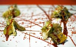 Les boulettes de pékinois du porc de l'oreille ont servi avec de la sauce hoisin et le marlin grillé tout entier par agrume photographie stock