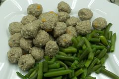 Les boulettes de viande ont servi avec les pommes de terre et l'asperge bouillies d'un plat photo stock