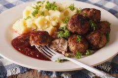 Les boulettes de viande suédoises kottbullar avec une garniture ont écrasé des clos de pomme de terre Photographie stock
