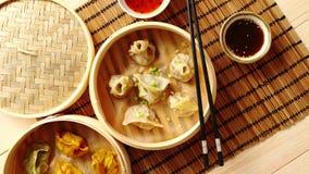 Les boulettes orientales de chinois traditionnel ont servi dans le vapeur en bois clips vidéos