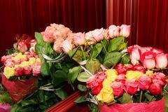 Les bouquets des roses fraîches se sont reflétés dans le miroir Photographie stock