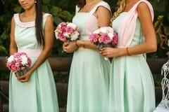 Les bouquets pour des demoiselles d'honneur photographie stock libre de droits