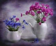 Les bouquets sont dans des théières Images stock