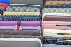 Les bourses des femmes élégantes, plan rapproché de portefeuille en cuir moderne au-dessus de Co photo libre de droits
