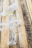 Les bouteilles d'eau en plastique pour réutilisent sur la table en bois Photo stock