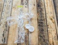 Les bouteilles d'eau en plastique pour réutilisent sur la table en bois Images stock