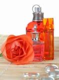 Les bouteilles de parfum avec se sont levées Image stock