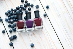 Les bouteilles de vernis à ongles sur une table en bois Photo libre de droits